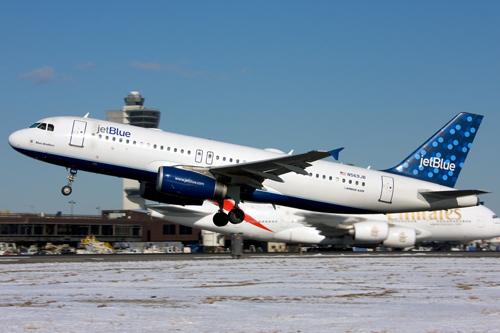 Влюбленный в стюардессу пилот компании JetBlue угрожал разбить самолет