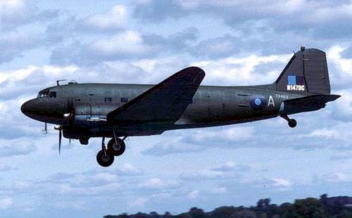 Старинный бомбардировщик DC3 аварийно сел в аэропорту Шонефельд