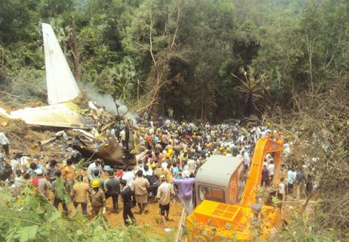В индийском аэропорту Мангалора потрепел крушение пассажирский лайнер Boeing 737-800