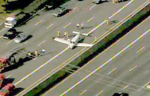 В Штатах легкомоторный самолет приземлился на шоссе
