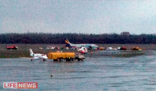 Boeing 737 выкатился за полосу в Ростове