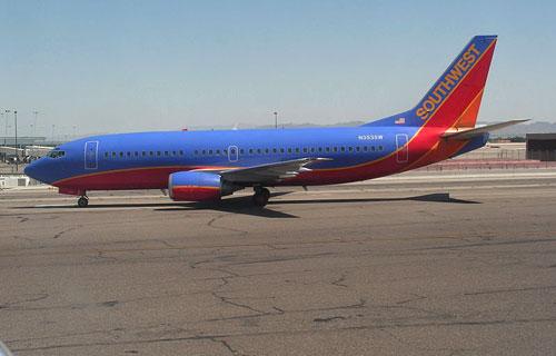 Boeing 737 с дырой в фюзеляже аварийно сел на военной базе США