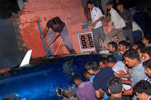 В Индии на жилые дома упал одномоторный самолет Pilatus PC-12