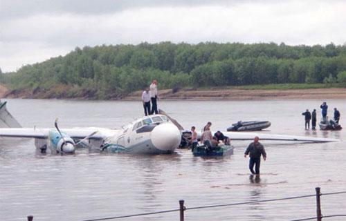 Ан-24 компании Ангара совершил аварийное приводнение на реку Обь