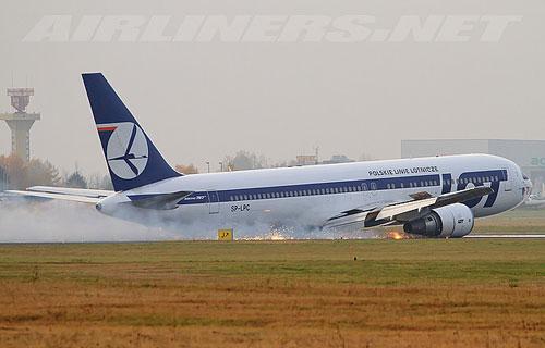 В Варшаве Boeing 767 компании LOT сел на брюхо из-за отказа шасси