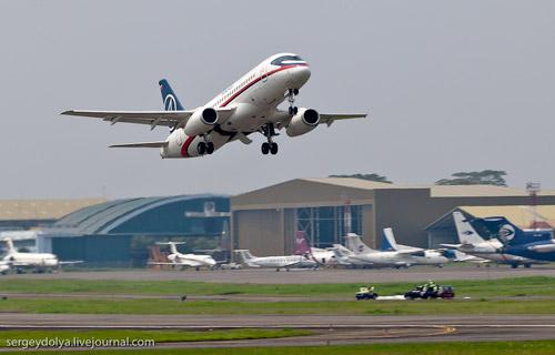 Взлет Superjet-100 в Индонезии