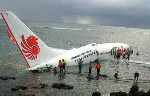 Самолет упал в море на острове Бали