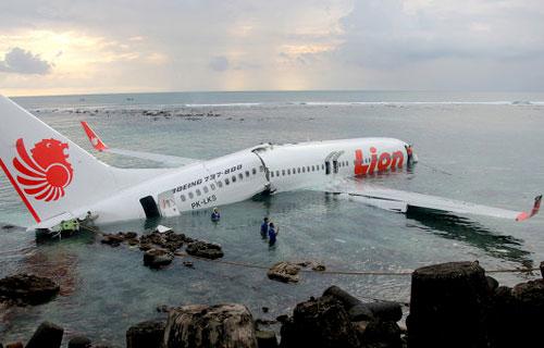 Боинг 737 упал в воду при посадке в Денпасаре