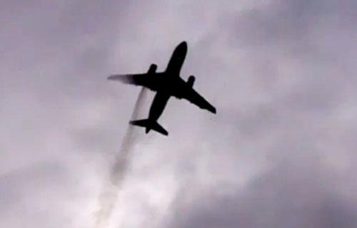 Airbus A319 с дымящимся двигателем