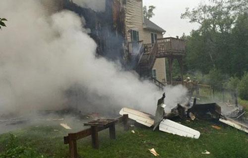 Легкомоторный самолет рухнул на жилой дом в Массачусетсе