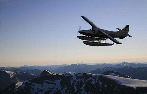 Экскурсионный самолет в небе над Аляской