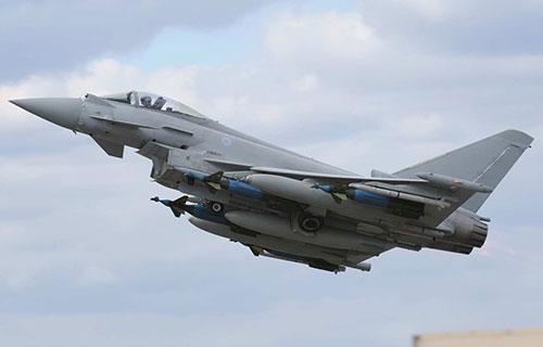 Военный самолет НАТО Eurofighter Typhoon