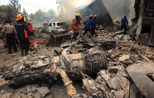 Место крушения Hercules C-130 в Индонезии