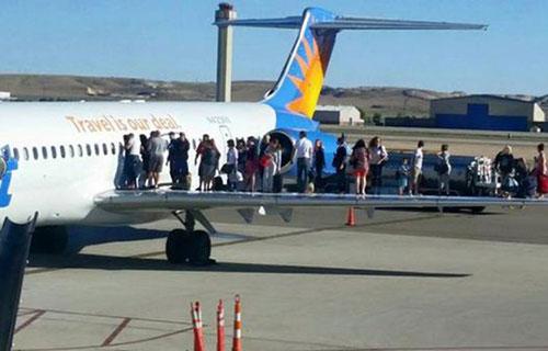 Эвакуация пассажиров по крылу самолета
