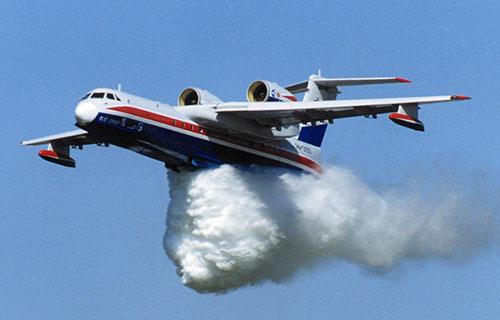 Самолет-амфибия Бе-200 тушит пожар