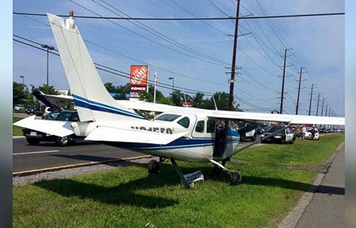 Посадка легкого спортивного самолета на шоссе в Нью-Джерси