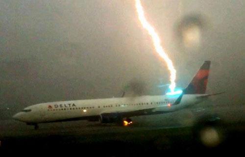 Удар молнии в Boeing-737