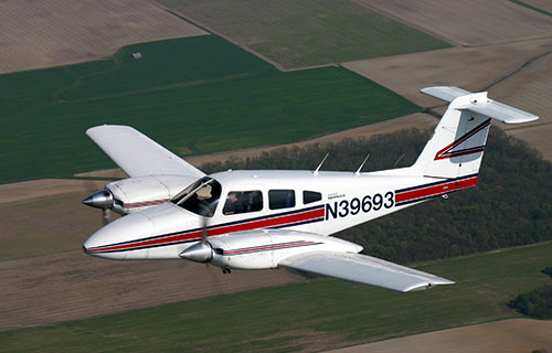 Легкий двухмоторный самолет Piper-PA44